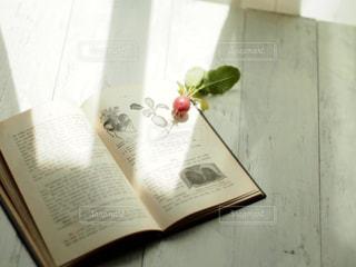 テーブルの上の花の花瓶の写真・画像素材[1206088]