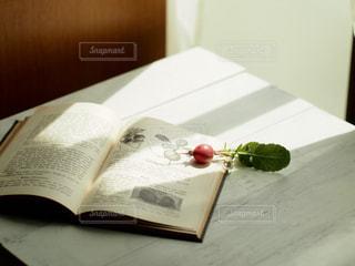 木製テーブルの上に座っている本の写真・画像素材[1206089]