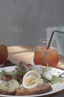 テーブルの上に食べ物のプレートの写真・画像素材[1376636]