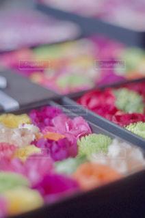 近くのテーブルの上に食べ物をの写真・画像素材[1376638]