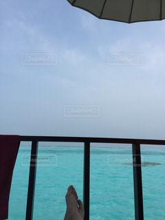 水の体の上に座って傘の写真・画像素材[1825904]