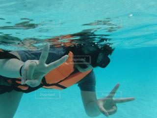 水のプールで泳いでいる人の写真・画像素材[1827716]