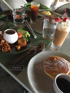 食品とコーヒーのカップのプレートの写真・画像素材[1827717]
