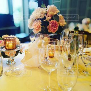 ワイングラスとテーブルに座っている人のグループの写真・画像素材[1164347]