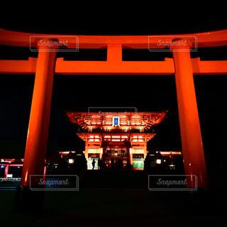 夜の伏見稲荷大社  赤鳥居の写真・画像素材[1192471]