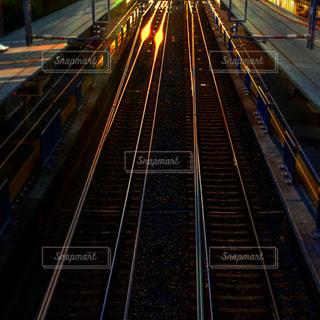 夕日に照らされるレール 舞子浜公園駅にての写真・画像素材[1192495]