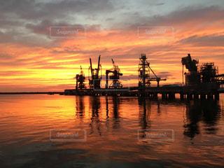 水の体に沈む夕日の写真・画像素材[1165898]