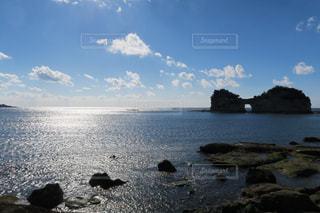 水の体の真ん中に島の写真・画像素材[1166000]
