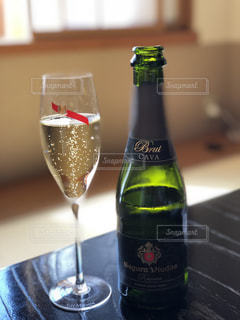 テーブルの上のシャンパンボトル - No.1167939