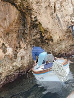 岩壁の横にボートの後ろに乗る人の写真・画像素材[1171779]