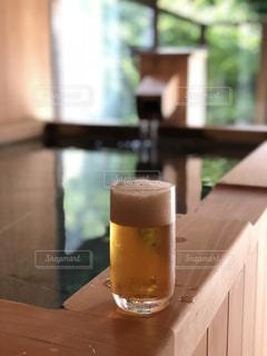 露天風呂でビールの写真・画像素材[1191405]