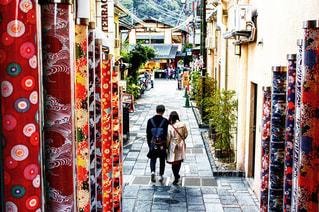 歩道上に立って人々 のグループの写真・画像素材[1166169]