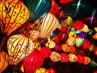 カラフルなランタン光る街の写真・画像素材[1166240]