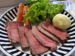 肉と野菜をトッピング白プレートの写真・画像素材[1167094]