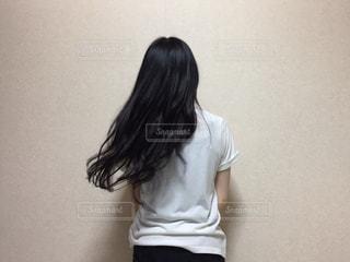 白いシャツの人の写真・画像素材[1339350]