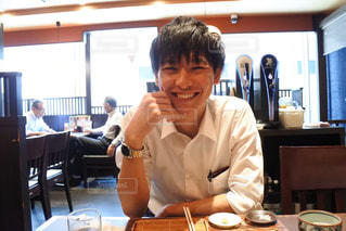 食事のテーブルに座って人の写真・画像素材[1400056]