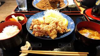 テーブルの上に食べ物のプレートの写真・画像素材[1167279]