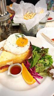 テーブルの上に食べ物のプレートの写真・画像素材[1167285]