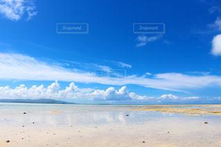 水の体の横にある砂浜のビーチの写真・画像素材[1167456]