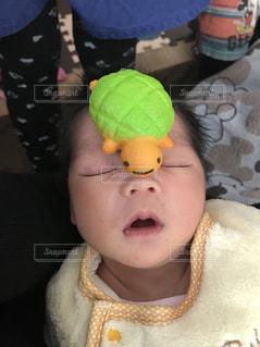 赤ちゃんのぬいぐるみを保持の写真・画像素材[1168736]