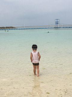 ビーチに立っている若い人の写真・画像素材[1168950]