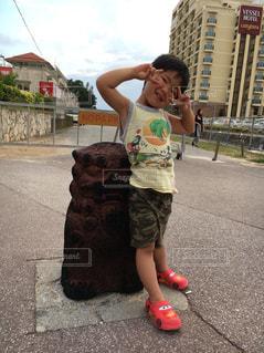 歩道上に立って若い男の子の写真・画像素材[1168951]