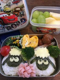テーブルの上に食べ物の種類でいっぱいのボックスの写真・画像素材[1169876]