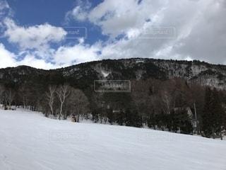 雪をスノーボードに乗る人が斜面をカバーの写真・画像素材[1169834]