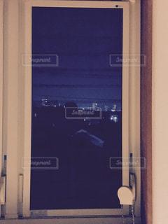 窓からの夜景の写真・画像素材[1221695]