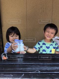 お風呂上がりに牛乳で乾杯する子供の写真・画像素材[1168515]
