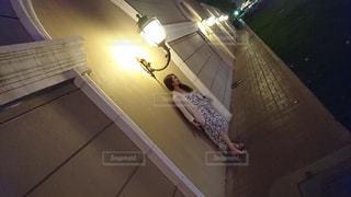 街灯の下にいる女性の写真・画像素材[1223384]