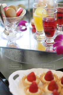 近くに食品とオレンジ ジュースのガラスのプレートのアップの写真・画像素材[1324197]