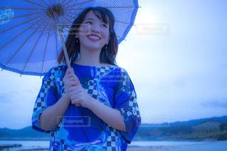 青い傘を持った少女の写真・画像素材[1169083]