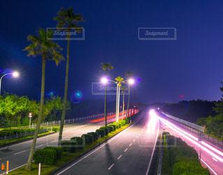 道の端に座っているトラフィック ライトの写真・画像素材[1169313]