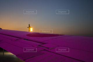 夜間駐機場に座っている飛行機の写真・画像素材[1169871]
