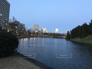 皇居お堀とビル群の朝焼け - No.1170454