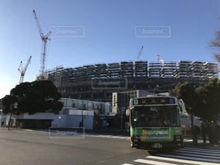 建設中の新国際競技場と都市バスの写真・画像素材[1170482]