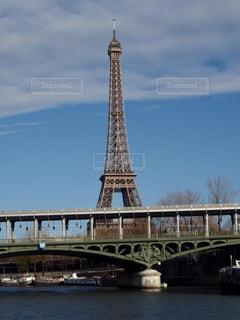 セーヌ川ごしのエッフェル塔の写真・画像素材[1170505]