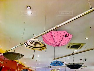 天井からぶら下がっている傘の写真・画像素材[1255898]