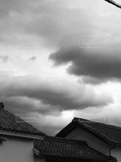 曇り空と古民家の写真・画像素材[1373884]