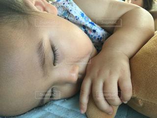 寝んねには、クマさんと親指がなきゃ😅の写真・画像素材[1379169]