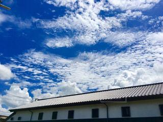 白い雲と屋根の写真・画像素材[1381847]