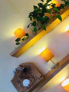 ポトスと灯の写真・画像素材[1404681]