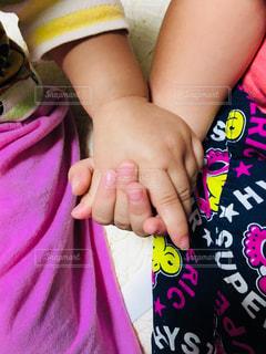 小さな女の子の手の写真・画像素材[1437123]