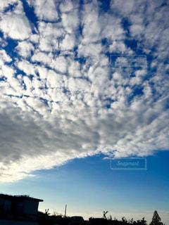 青い空と白い雲の写真・画像素材[1458058]