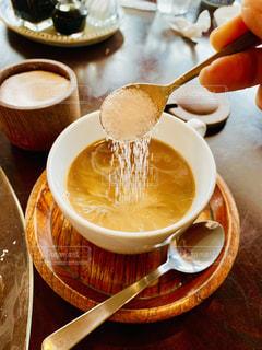 テーブルの上のコーヒー カップの写真・画像素材[1719728]
