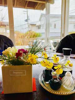 テーブルの上の花と調味料の写真・画像素材[1719743]