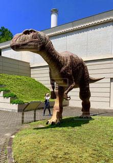 建物の前に立っている恐竜の写真・画像素材[2336849]