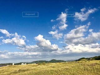 空の雲と大規模なグリーン フィールドの写真・画像素材[1551130]