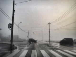 霧の出る朝の道の写真・画像素材[1170494]